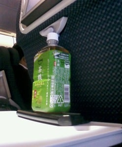 Illustration for article titled Reclaim Your Airline Seat Space with a Water Bottle