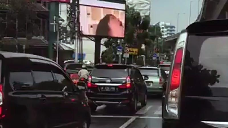 Hackea una valla publicitaria de la carretera y pone una película porno en hora punta