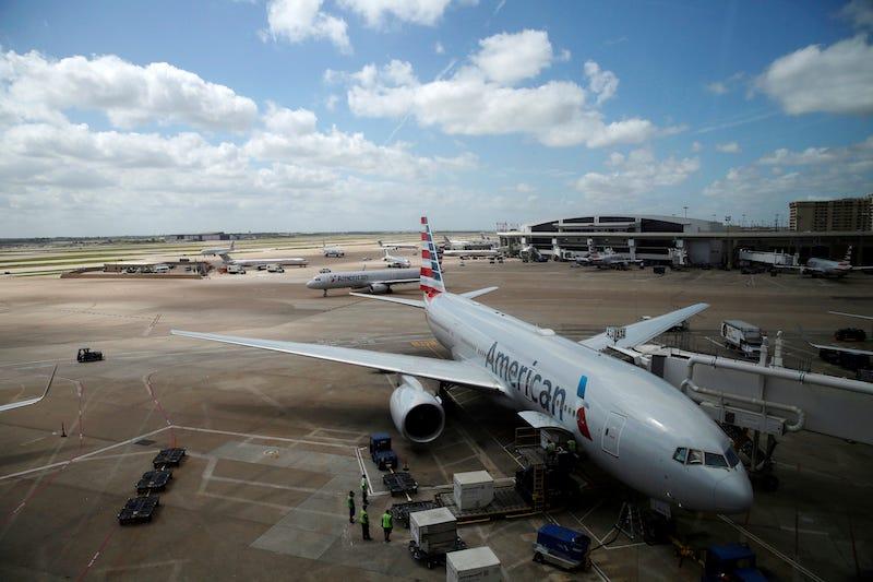 American Airlines echa a una chelista de uno de sus aviones.