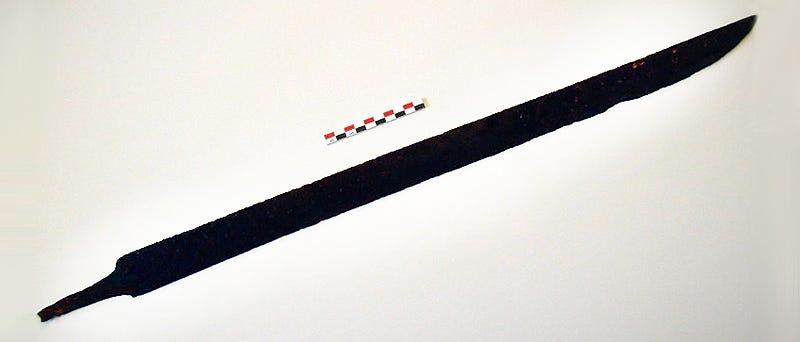 Illustration for article titled Encuentra una espada vikinga de más de 1.200 años bajo unas rocas en Noruega