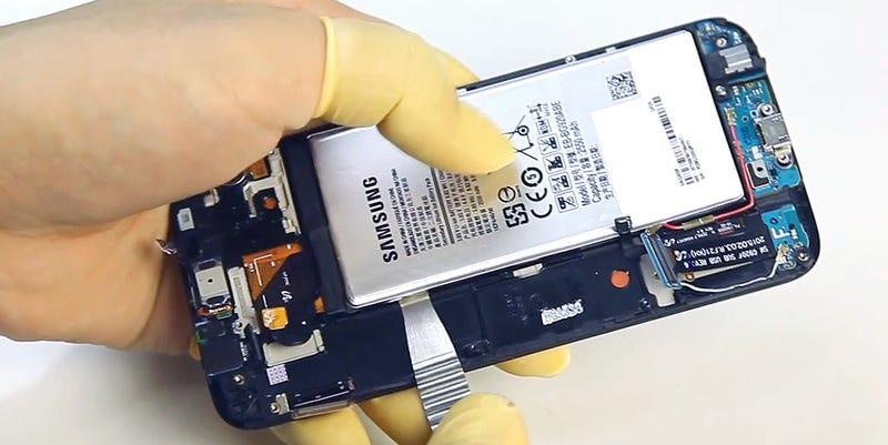 Illustration for article titled Cambiar la batería del Galaxy S6 requiere desmontar la placa base