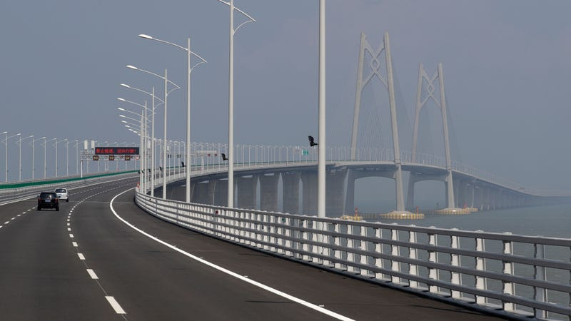 Illustration for article titled Drivers Will Have To Swap Sides Of The Road On This Chinese Bridge