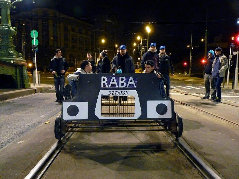 Illustration for article titled Éjszaka hajtányoztak a város közepén, megszívták