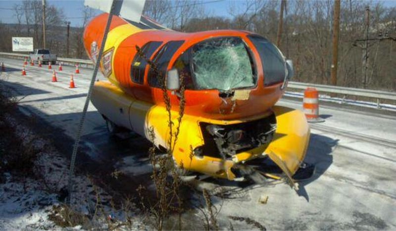 Illustration for article titled Oscar Meyer Wienermobile Loses Sword Fight With Pole