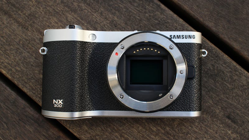Illustration for article titled Samsung NX300 Hands-On: This Mirrorless Camera Shoots Realistic 3D Photos and Video From a Single Lens