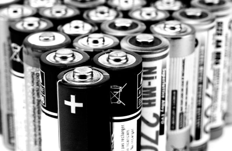 """Illustration for article titled ¿Es posible encender un coche usando solamente baterías """"AA""""?"""