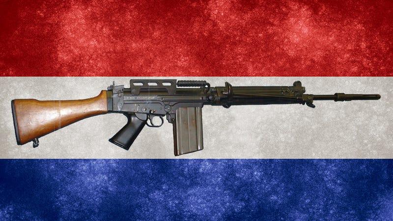 Illustration for article titled La policía de Paraguay descubre que alguien ha reemplazado sus fusiles por réplicas de juguete