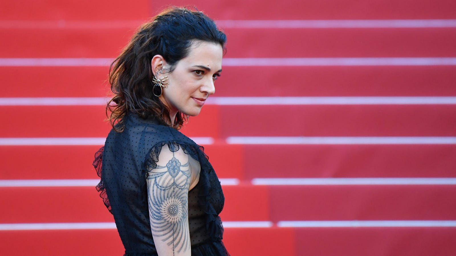 Asia Argento flees Italy amid victim-blaming backlash over Weinstein allegations