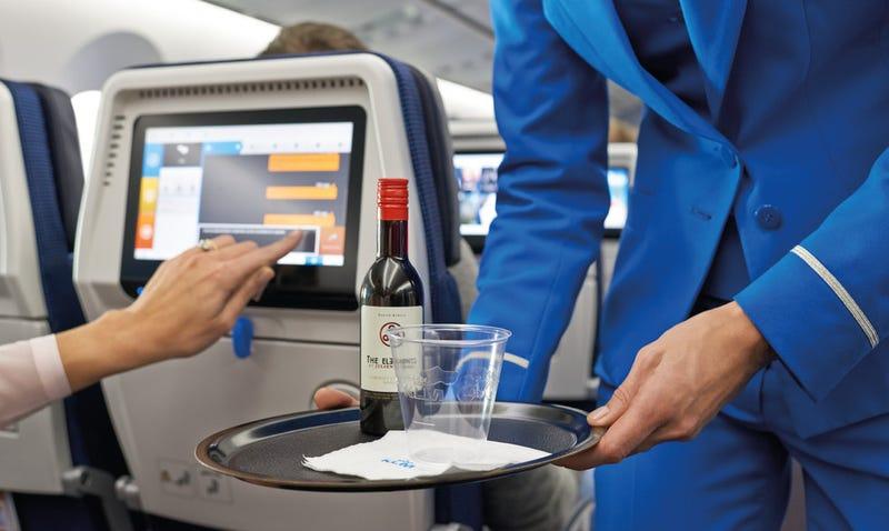 Illustration for article titled Por qué es tan cara la comida y bebida en el avión (y cuáles son las compañías con los precios más elevados)
