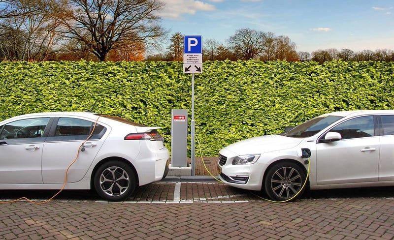 """Illustration for article titled ¿Son realmente los autos eléctricos más eficientes y """"ecológicos"""" que los autos de gasolina?"""