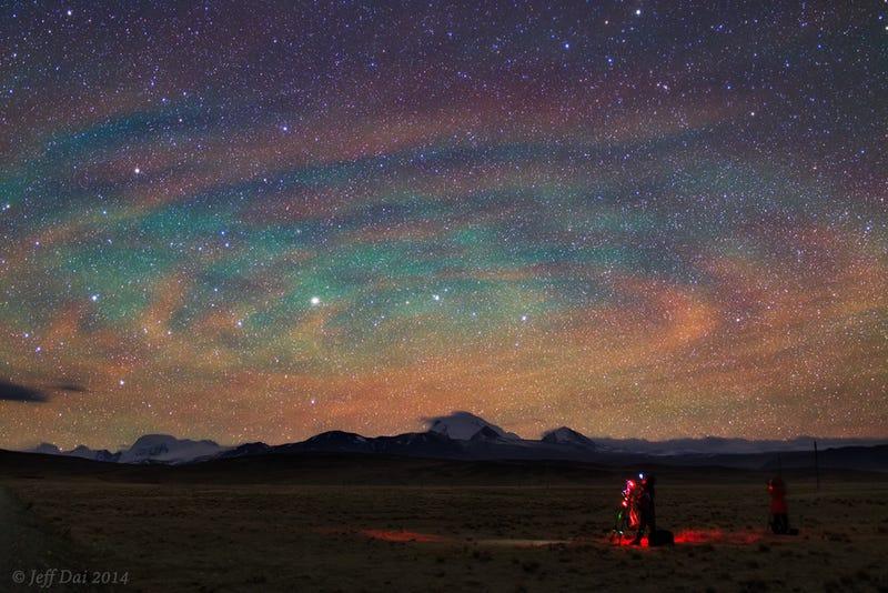 El cielo iluminado de noche sobre el Tíbet parece de otro mundo