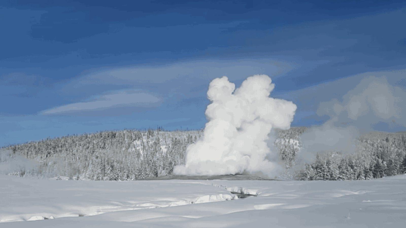 La temperatura ha bajado tanto en Yellowstone que los géiseres escupen nieve en lugar de agua hirviendo