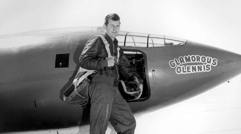 Illustration for article titled Chuck Yeager, el hombre que rompió la barrera del sonido (y derribó dos aviones sin un solo disparo)