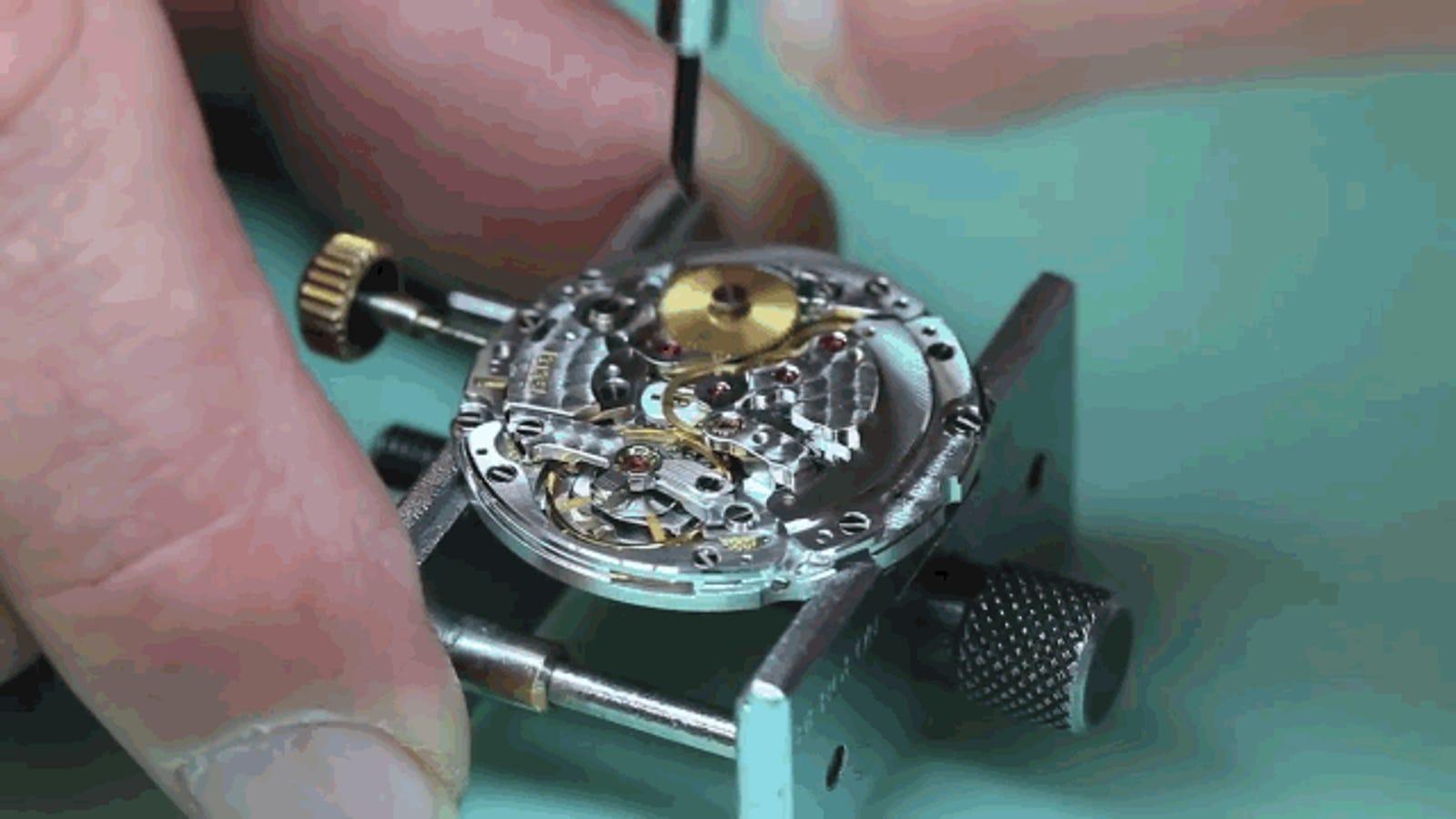 El hipnótico proceso de desmontar, pieza a pieza, un Rolex Submariner