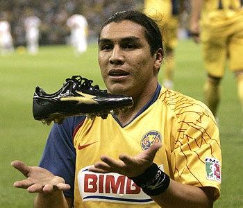 Illustration for article titled Paraguayan Soccer Star Shot In Head, Crime Scene Photos Hit Twitter
