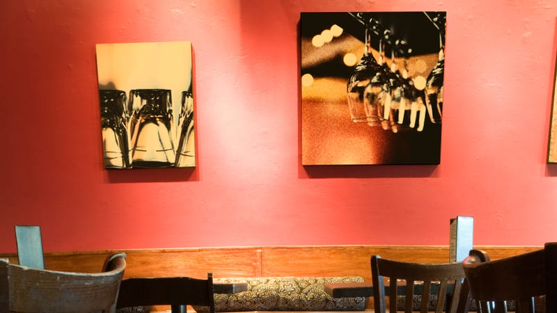 Illustration for article titled Art-loving patron rips restaurant painting right off the wall