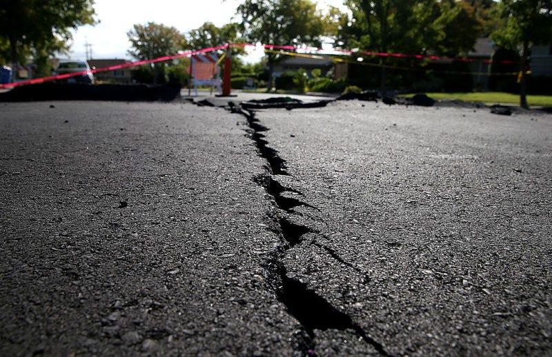 Una grieta producida por un temblor en el Valle de Napa en 2014. Foto: Justin Sullivan/Getty Images)