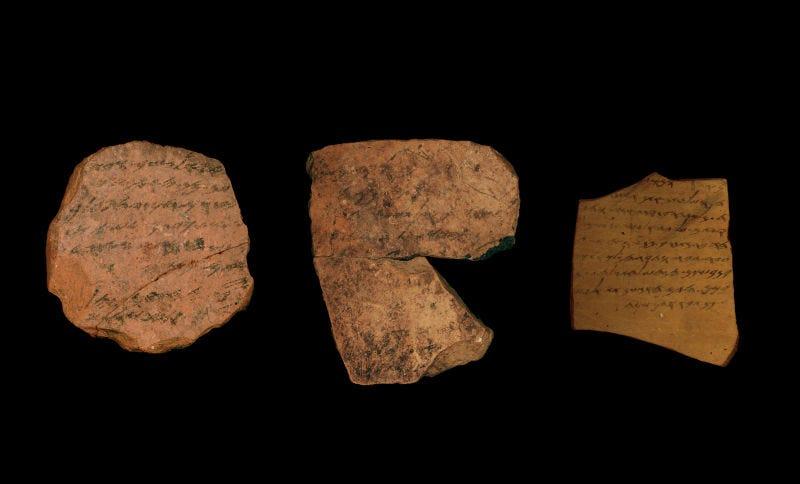 Inscripciones de tinta encontrados en la fortaleza de Tel Arad, al sur de Judá. Imagen: Michael Kordonsky / Universidad de Tel Aviv / Autoridad de Antigüedades de Israel