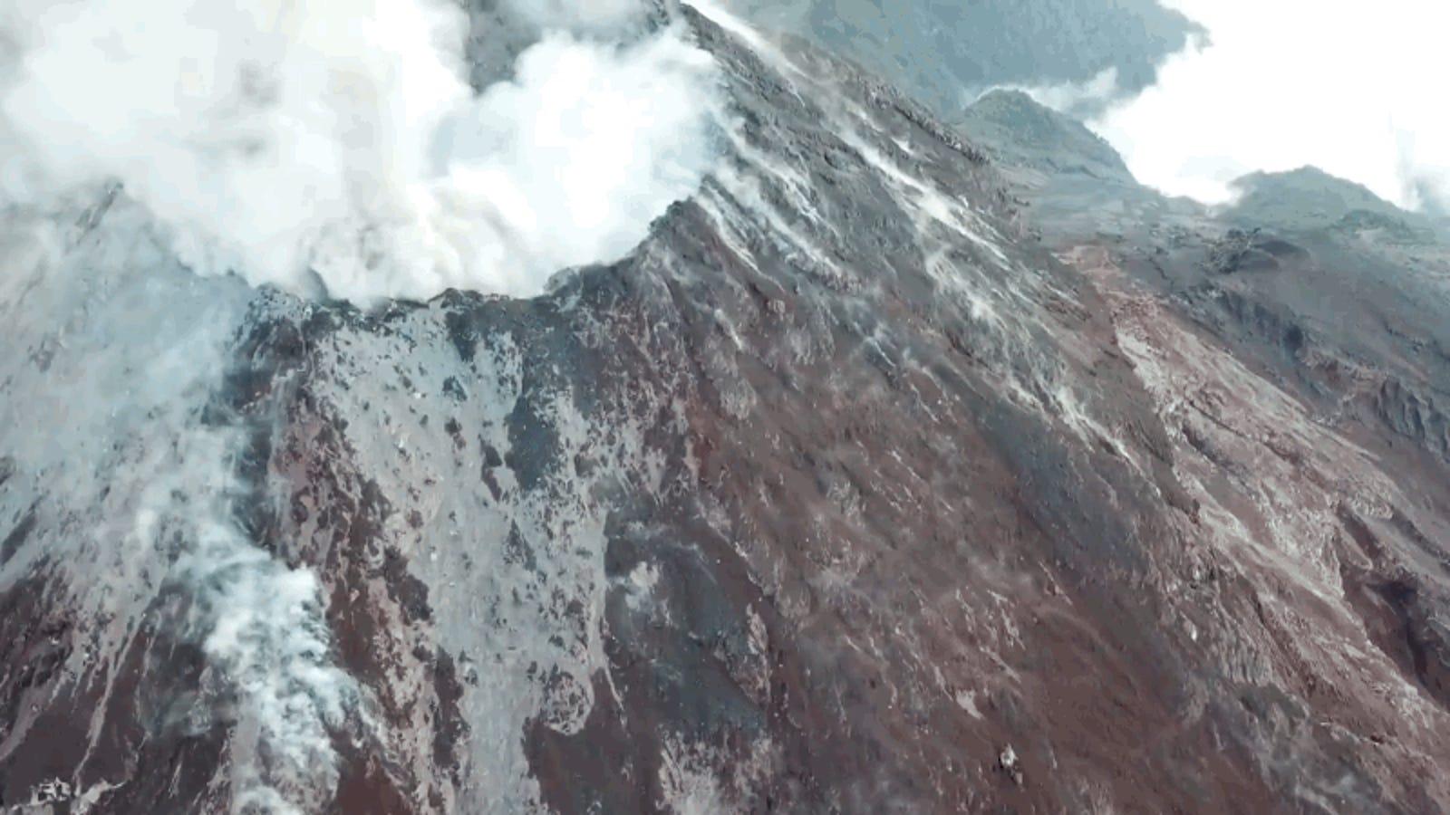 La salvaje erupción del volcán de Fuego en Guatemala, vista desde la perspectiva de un dron