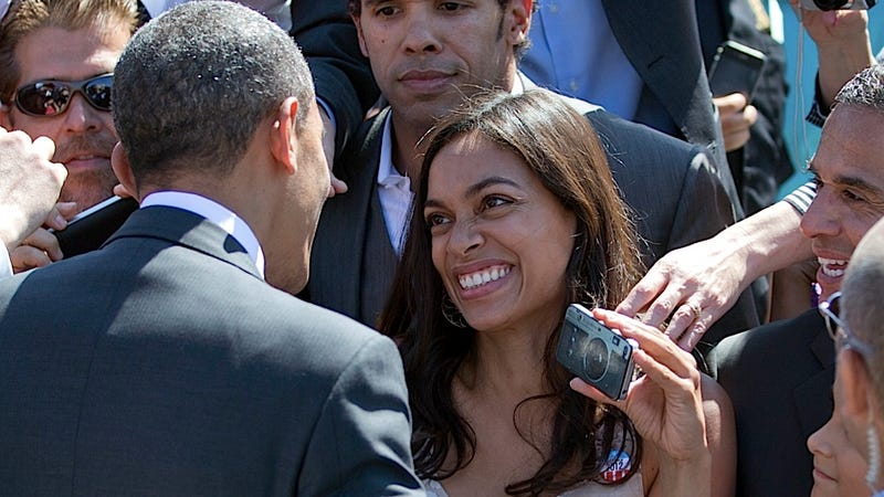 Illustration for article titled Rosario Dawson Fails in Her Effort to Be Cool About Greeting POTUS