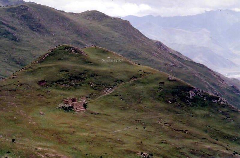 """Illustration for article titled En qué consiste el """"entierro celestial"""" que se practica en el Tíbet: cuerpos humanos descuartizados en la cima de una montaña"""