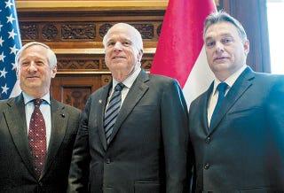 Illustration for article titled Nem a magyarok miatt jött John McCain Budapestre