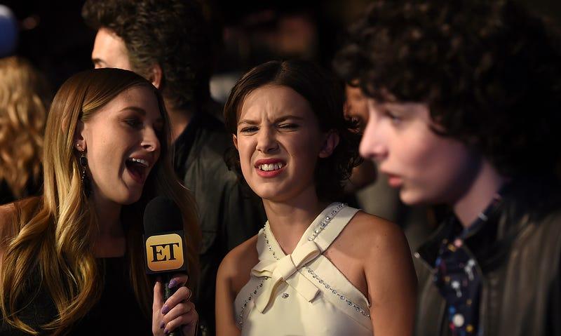 Millie Bobby Brown (centro) durante una entrevista de promoción de Stranger Things 2. Foto: AP