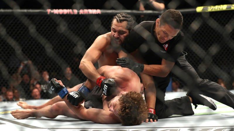Illustration for article titled Jorge Masvidal Records Fastest Knockout In UFC History With Flying Knee To Ben Askren's Skull