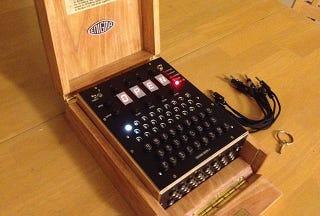 Illustration for article titled Ya puedes comprar una réplica de la máquina Enigma basada en Arduino