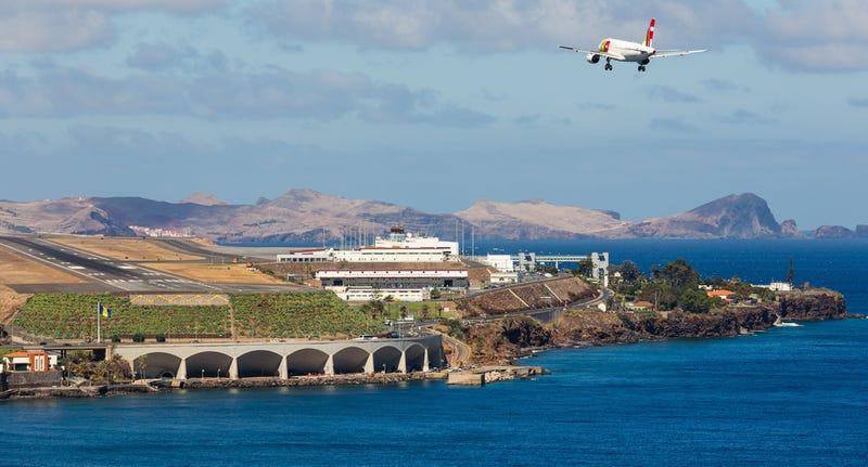 Illustration for article titled Cómo es aterrizar en una pista robada al mar construida sobre pilares