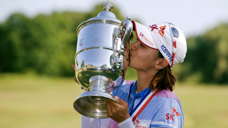 Illustration for article titled Na Yeon Choi and the U.S. Women's Open Trophy Decide to Risk Their Platonic Friendship