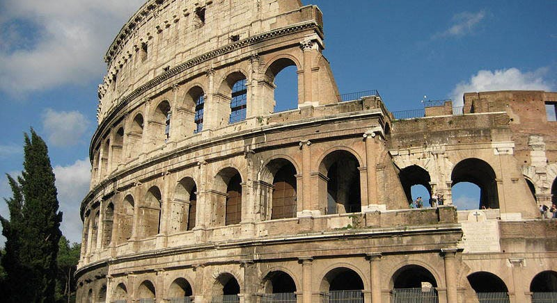 Illustration for article titled Scraping Decades of Grime, Car Exhaust, and Mold Off Rome's Colosseum