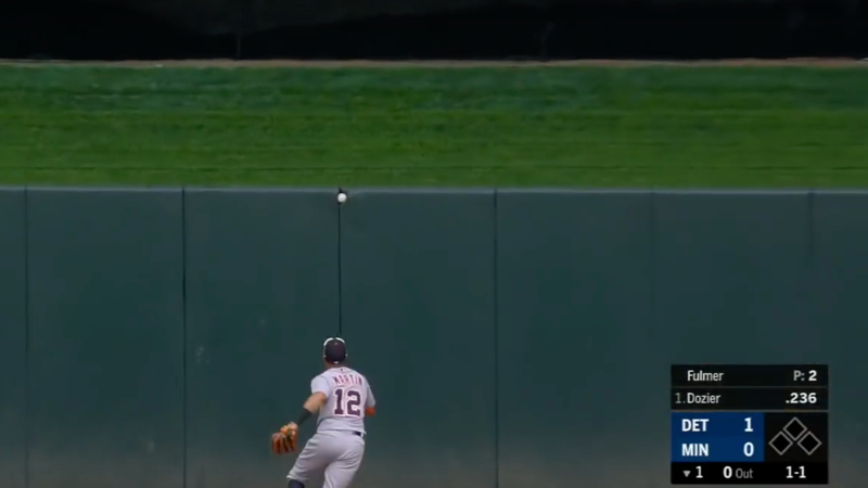 Illustration for article titled Brian Dozier Got A Ball Stuck In The Outfield Wall