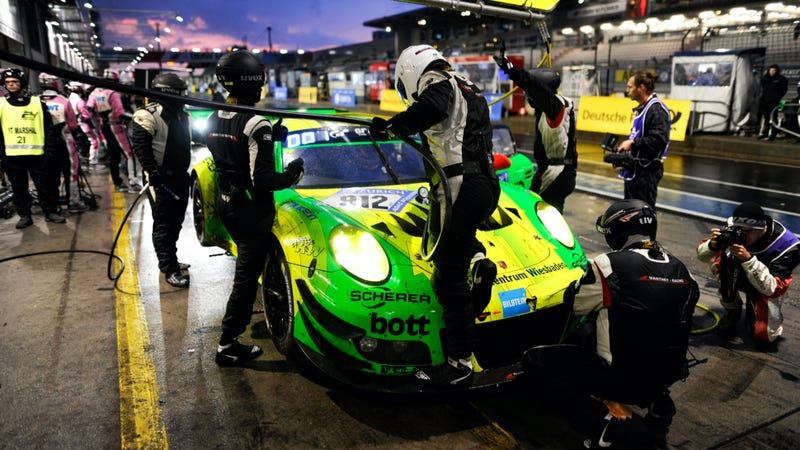 Illustration for article titled The Nürburgring 24 Hours Will End In A 911 Versus AMG GT3 Deathmatch