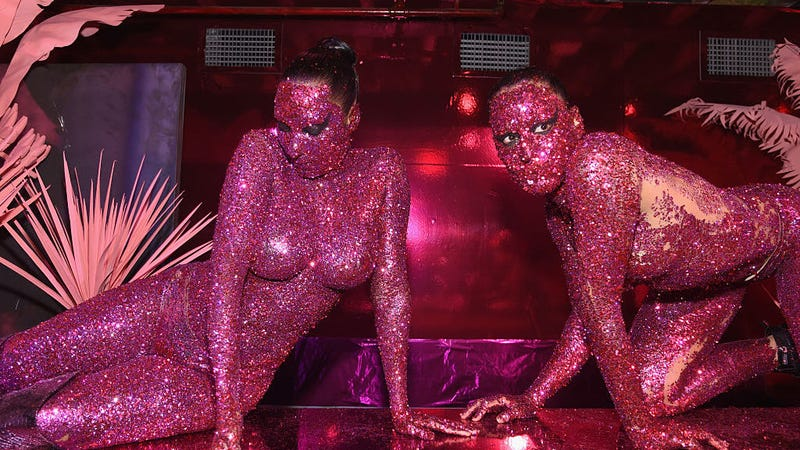 Without glitter I won't be able to dress like THIS / Image via Getty