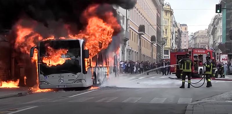 Illustration for article titled 10 autobuses han estallado en llamas en Roma en lo que va de 2018, y nadie está muy seguro de la causa