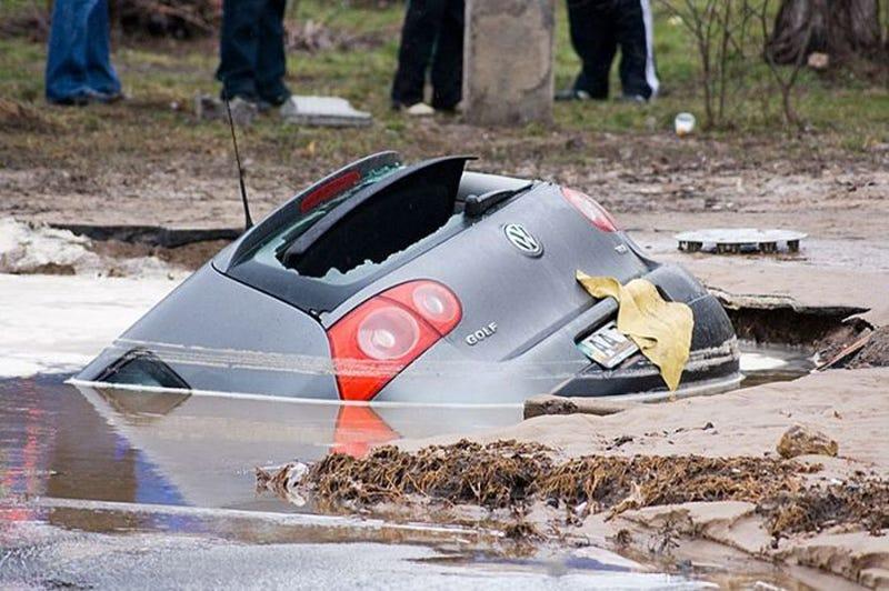 Illustration for article titled Volkswagen Golf Swallowed By Ukrainian Pothole
