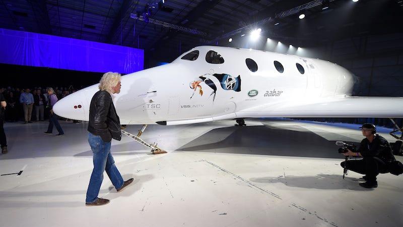 Richard Branson afirmó que su empresa será la primera en mandar a los humanos al espacio.