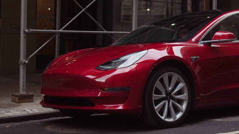 Former GM Exec Bob Lutz Impressed by Random Tesla Model 3
