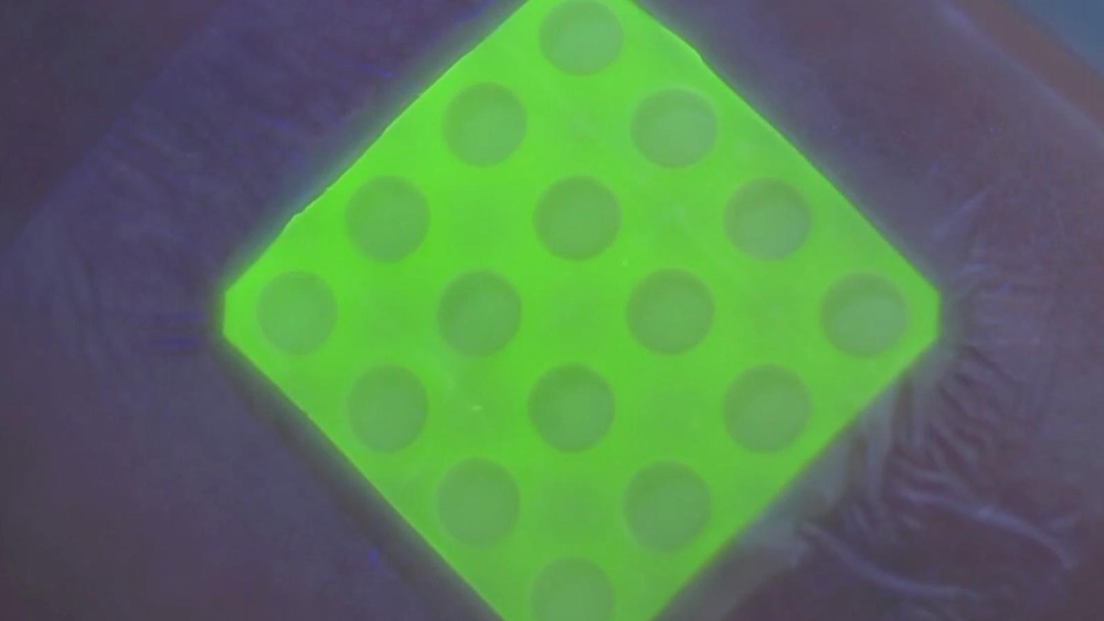 Este vendaje inteligente brilla cuando la herida se infecta