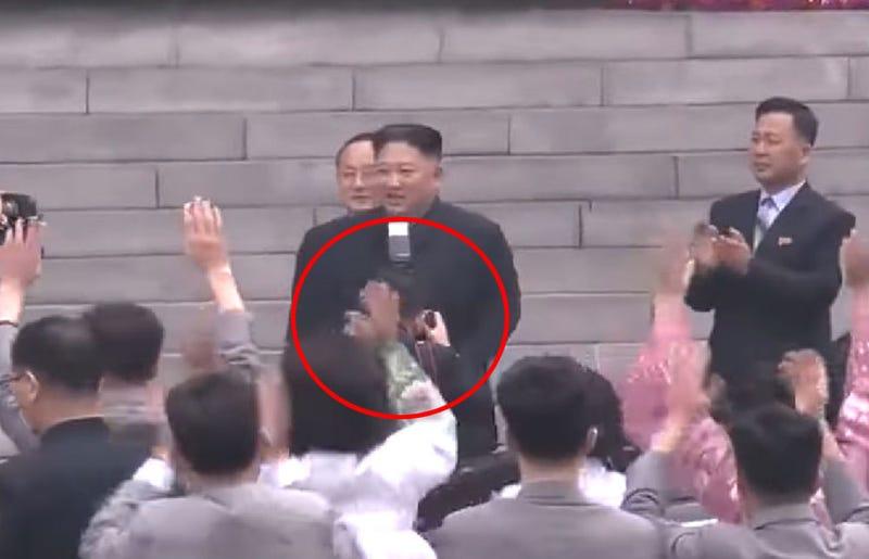 Illustration for article titled El fotógrafo personal de Kim Jong-un se queda sin trabajo por tapar el cuello del líder brevemente con el flash
