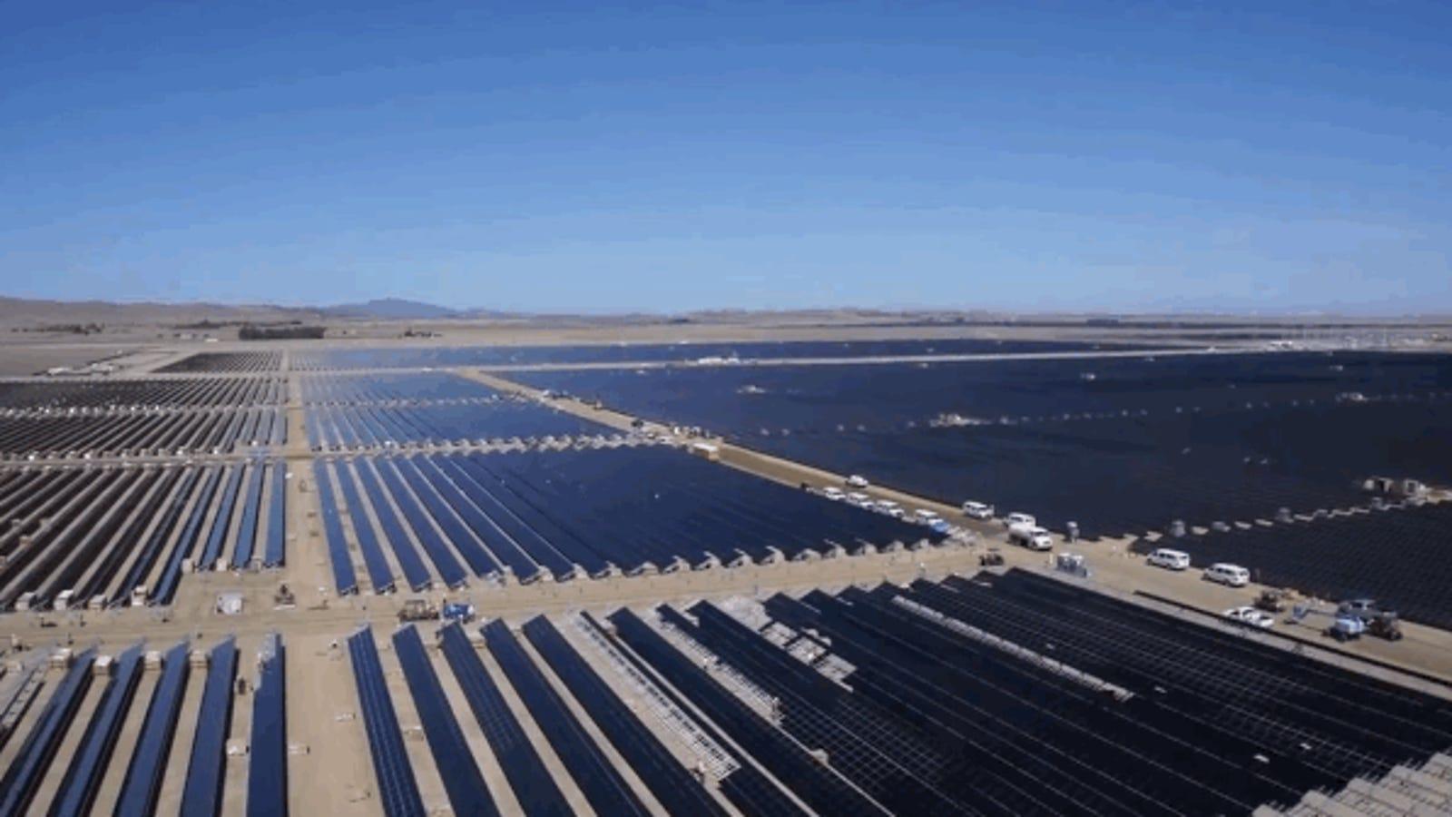 Cómo se construye una de las plantas solares más grandes del mundo