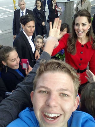 Illustration for article titled Here is Kate Middleton Photobombing A Fan's Selfie in New Zealand