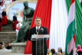 Illustration for article titled Kis lépés az emberiségnek, nagy lépés Orbán Viktornak (tényleg nagy)