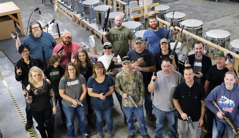 Illustration for article titled Una empresa de Estados Unidos regala una pistola a cada empleado para celebrar la Navidad