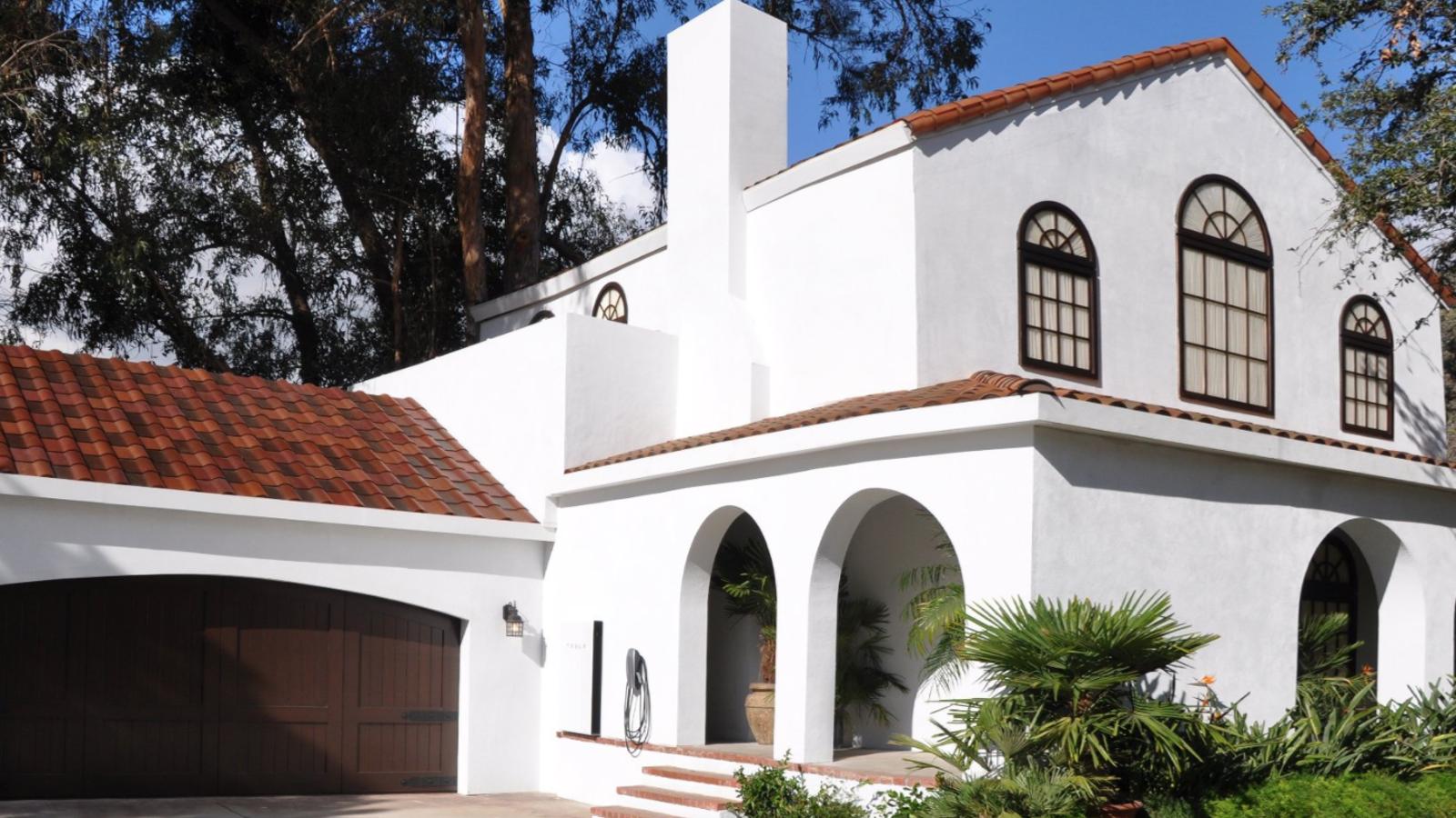 Tesla ha creado un tejado solar tan perfecto que es difícil distinguirlo de uno convencional