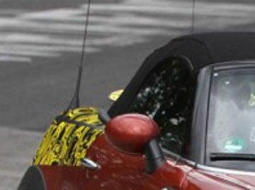 Illustration for article titled Mini Speedster gets a manual folding roof