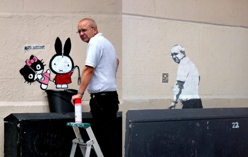 Illustration for article titled Graffiti lett a graffitit eltávolító keserű tekintetű úrból