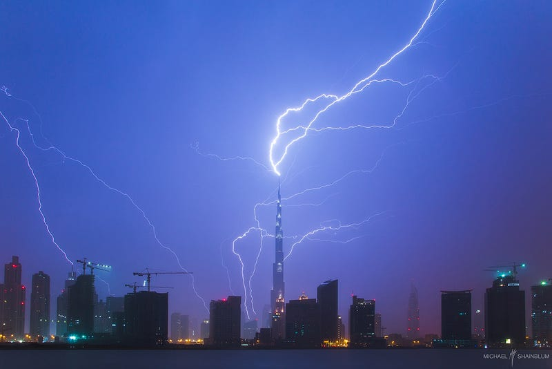 Illustration for article titled WHOA. A giant lightning bolt just struck the world's tallest building