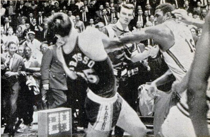 Illustration for article titled Video Finally Surfaces Of Willis Reed Fighting The Entire Lakers Team